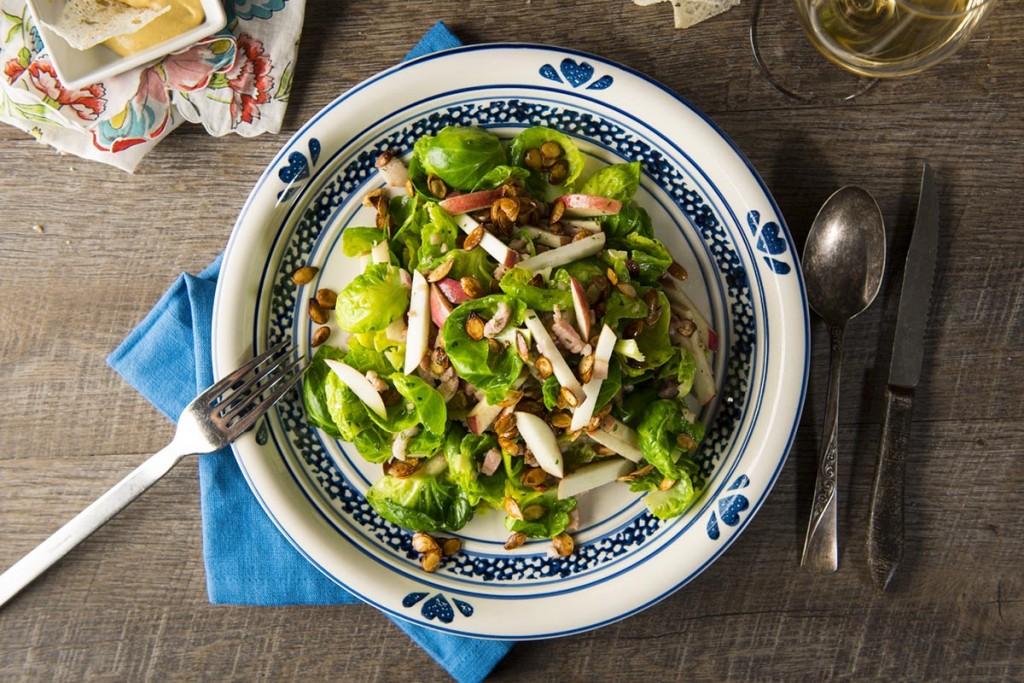 Salade tiède de choux de Bruxelles aux lardons et pommes, vinaigrette au cidre de glace