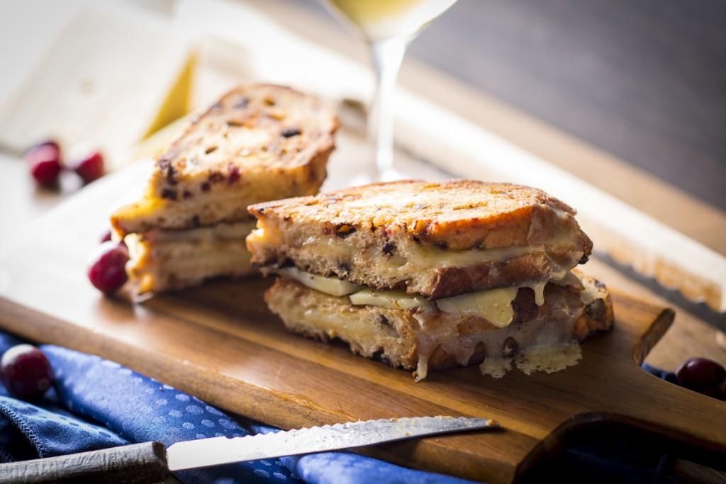 Double grilled-cheese au vieux cheddar sur pain aux canneberges