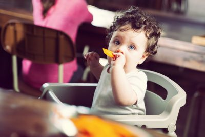 Enfant dans une chaise haute